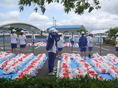 選手の荷物を受け渡すために待機する ボランティアの学生たち